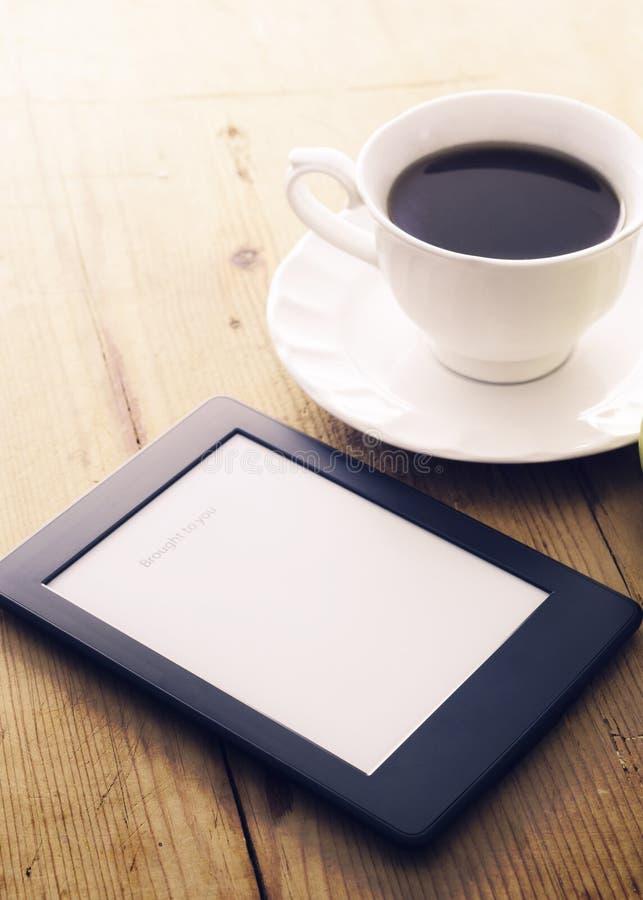 Lector y café de EBook fotos de archivo