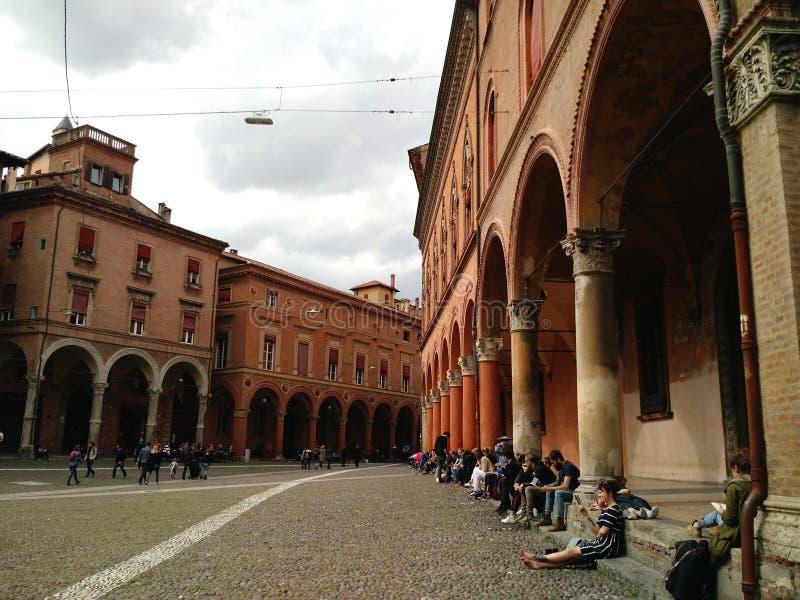 Lectores en la plaza Santo Stefano, Bolonia imagenes de archivo