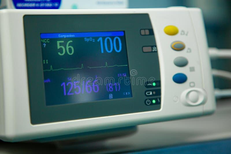 ?lectrocardiogramme dans la chambre de secours fonctionnante de chirurgie d'h?pital montrant la fr?quence cardiaque patiente photos stock