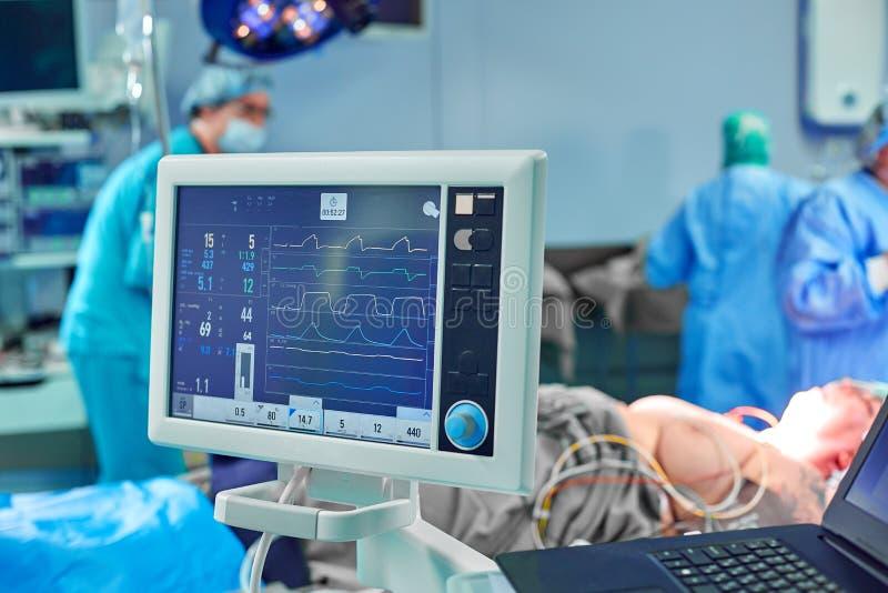 ?lectrocardiogramme dans la chambre de secours fonctionnante de chirurgie d'h?pital montrant la fr?quence cardiaque patiente avec photographie stock libre de droits