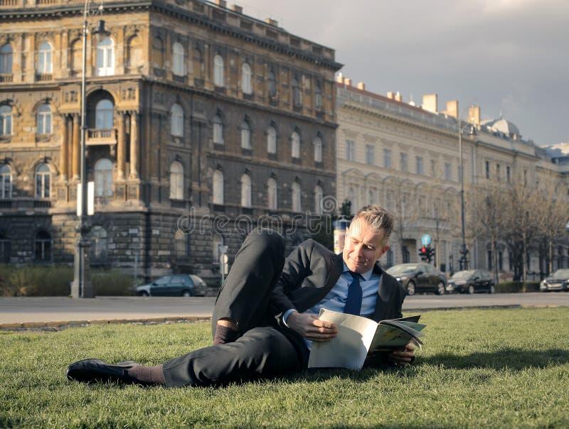 Lectura al aire libre fotografía de archivo
