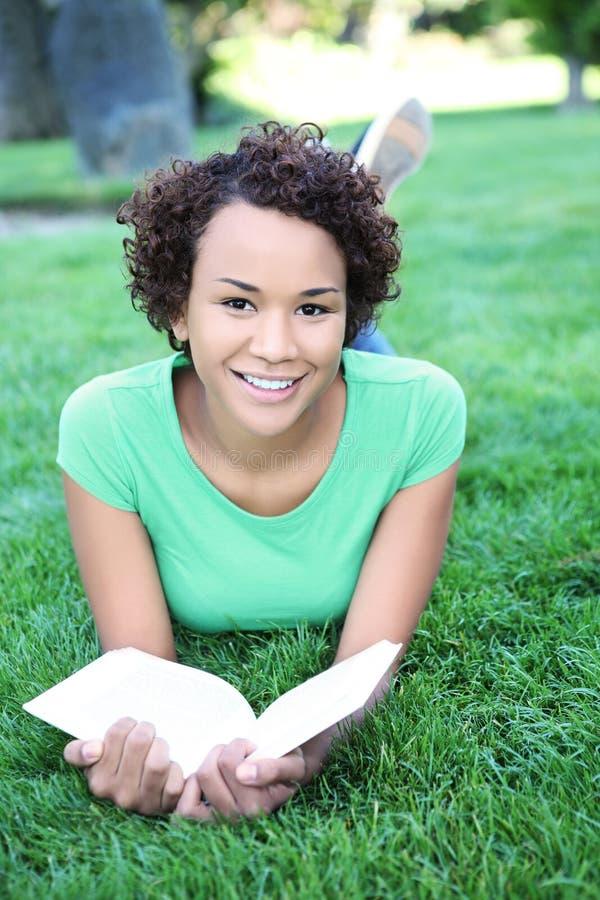 Lectura bonita de la mujer del afroamericano imagen de archivo libre de regalías