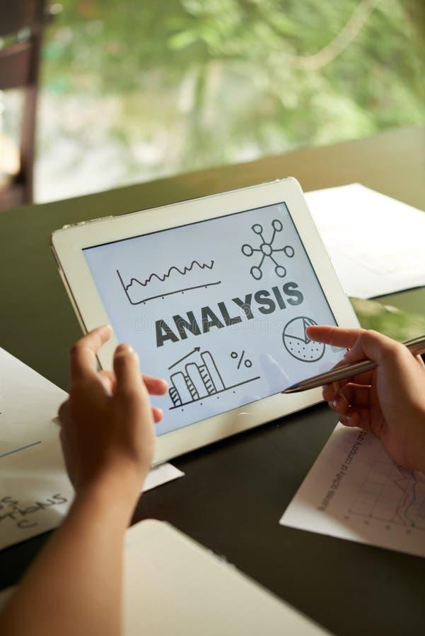 Lectura de análisis financiero fotografía de archivo
