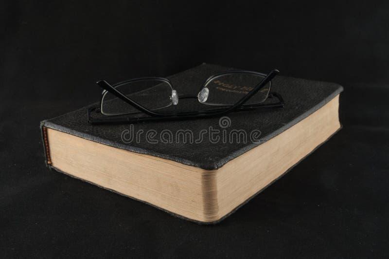 Lectura de la biblia fotografía de archivo libre de regalías