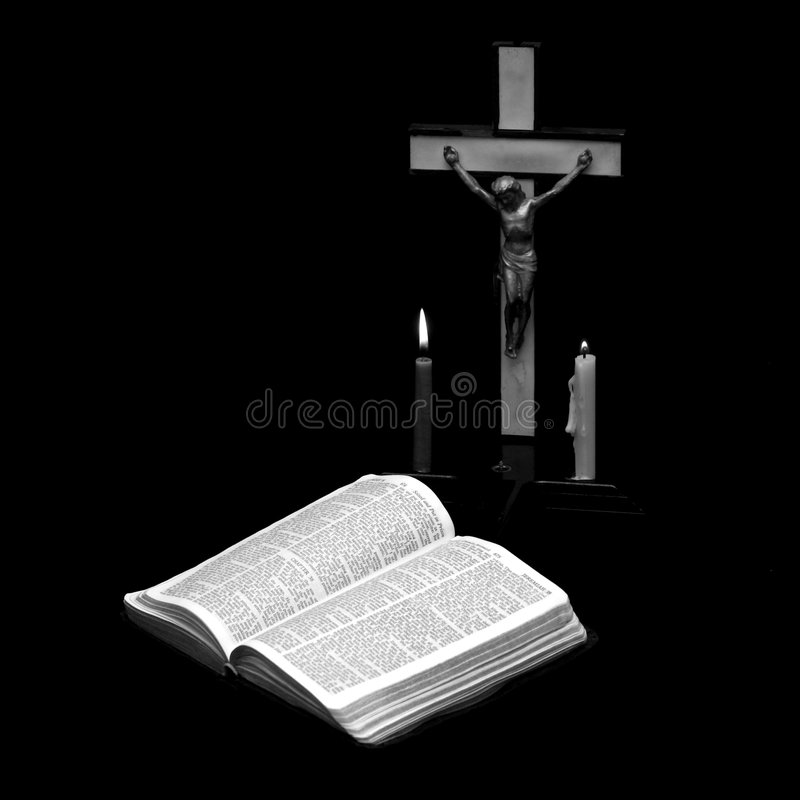 Lectura de la biblia de Pascua imagen de archivo