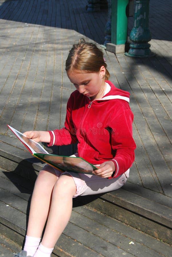 Lectura de la chica joven imágenes de archivo libres de regalías