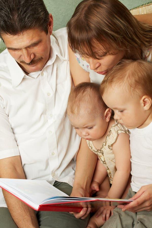 Lectura de la familia imagen de archivo