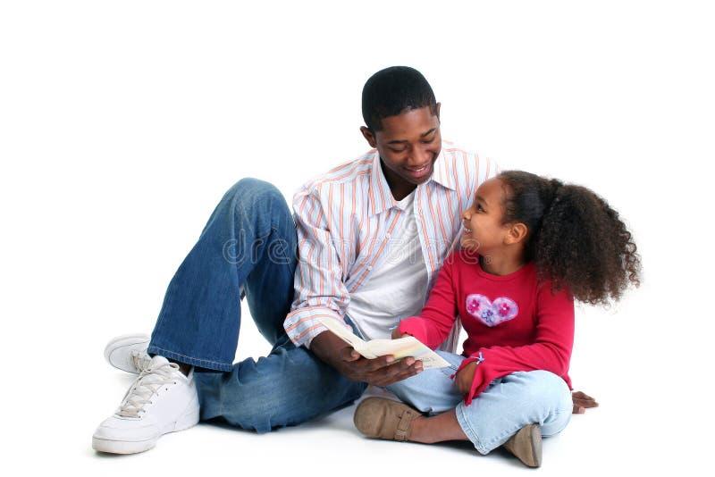 Lectura de la hija del padre fotografía de archivo