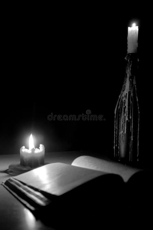 Lectura de la luz de una vela imágenes de archivo libres de regalías