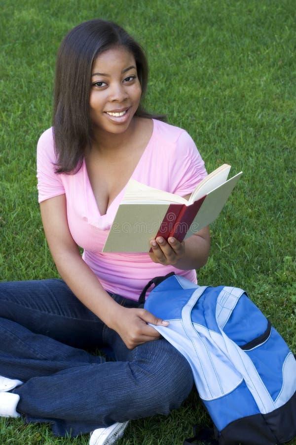 Lectura de la muchacha imagen de archivo