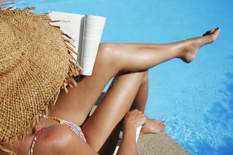 Lectura de la mujer de Pool imágenes de archivo libres de regalías