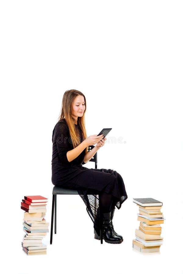 Lectura de la mujer en ebook imagen de archivo libre de regalías