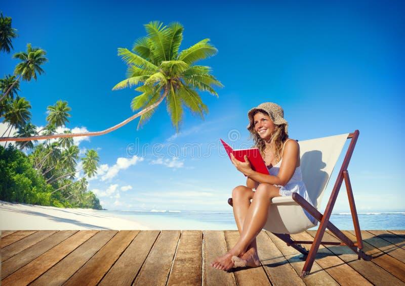 Download Lectura De La Mujer En Una Playa Foto de archivo - Imagen de lectura, reclinación: 41920560