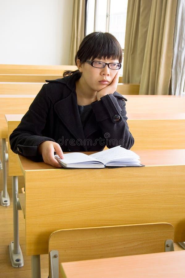 Lectura de los estudiantes femeninos imagen de archivo