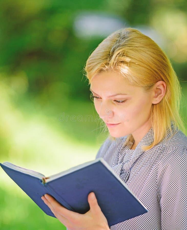 Lectura de los libros inspiradores Literatura femenina Relaje el ocio un concepto de la afición Los mejores libros del esfuerzo p foto de archivo