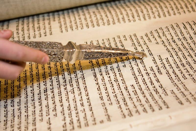 Lectura de Torah con un puntero imágenes de archivo libres de regalías