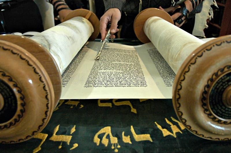 Lectura de Torah en una sinagoga fotografía de archivo