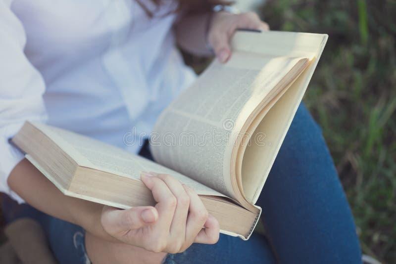 Lectura de un libro Concepto de la educación fotos de archivo