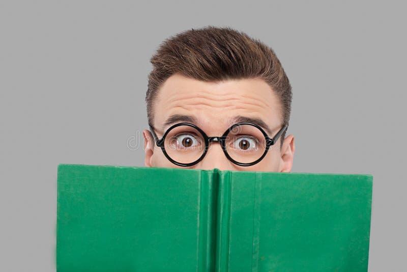 Lectura de un libro emocionante. imagenes de archivo