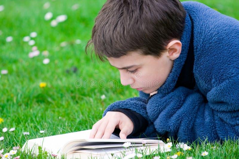Lectura Del Adolescente Al Aire Libre Imagen de archivo