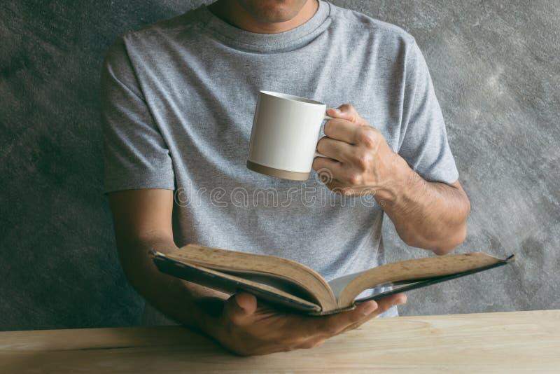 Lectura del café imágenes de archivo libres de regalías