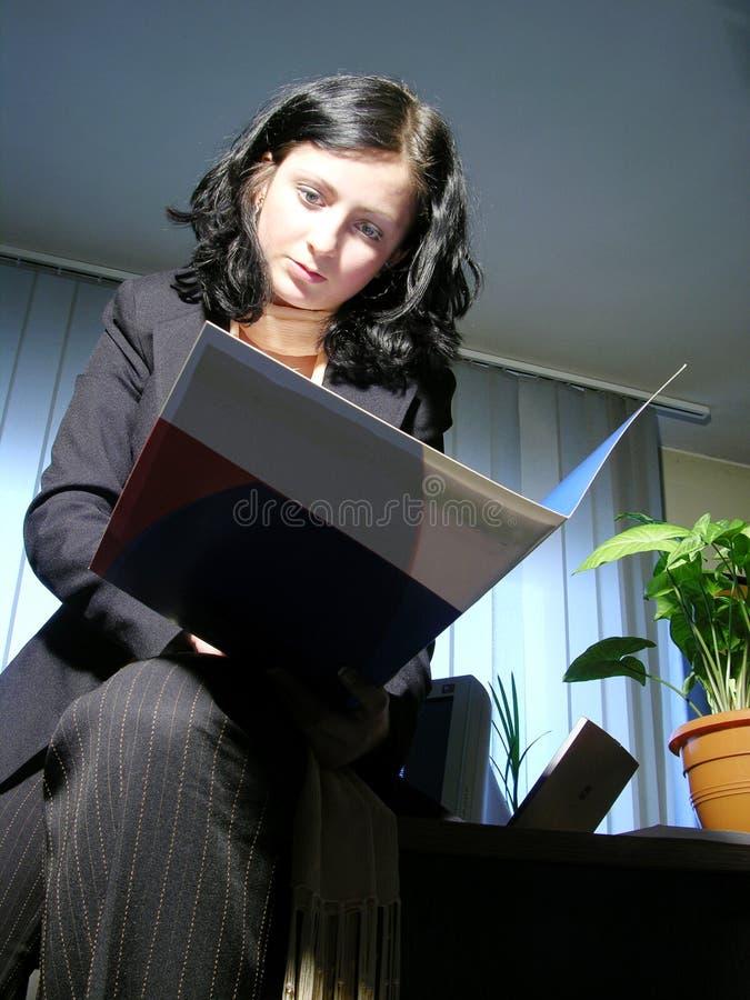 Lectura del contrato 2 fotos de archivo