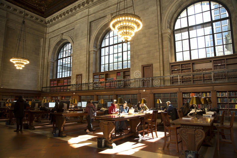 Lectura del estudiante en librairy público nacional de Nueva York fotografía de archivo