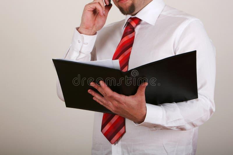 Lectura del hombre de negocios imagen de archivo libre de regalías
