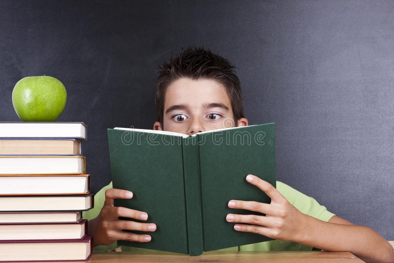 Lectura del libro en escuela imágenes de archivo libres de regalías