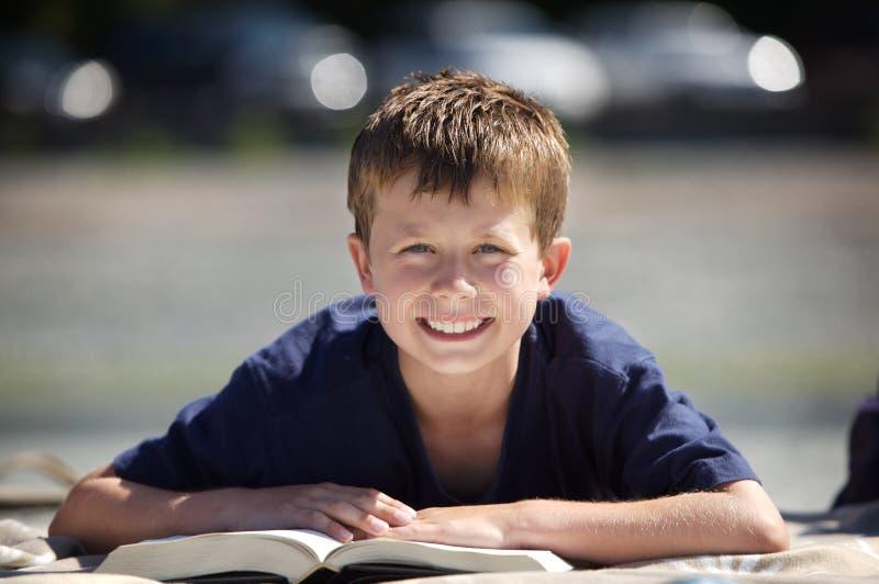 Lectura del muchacho fotos de archivo libres de regalías