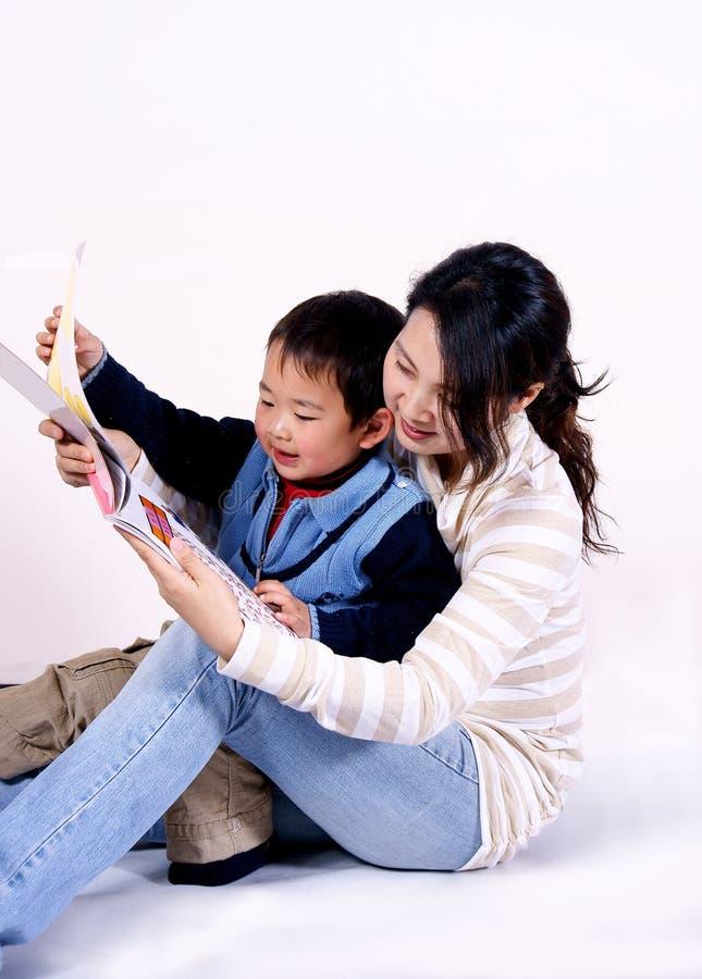 Lectura del muchacho y de la madre junto imágenes de archivo libres de regalías