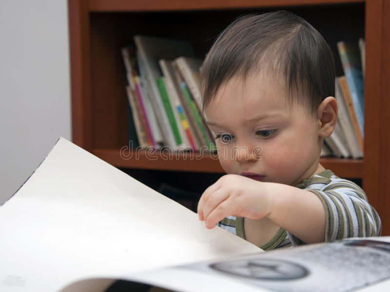 Lectura del niño fotos de archivo libres de regalías
