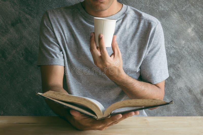 Lectura del papel de taza de café fotografía de archivo libre de regalías