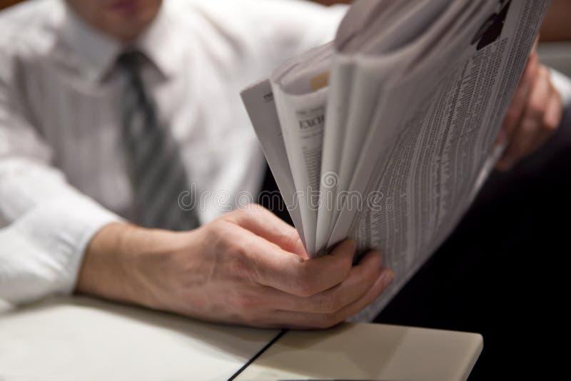 Lectura del periódico financiero fotografía de archivo libre de regalías