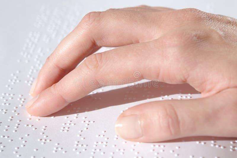 Lectura del texto de Braille foto de archivo libre de regalías
