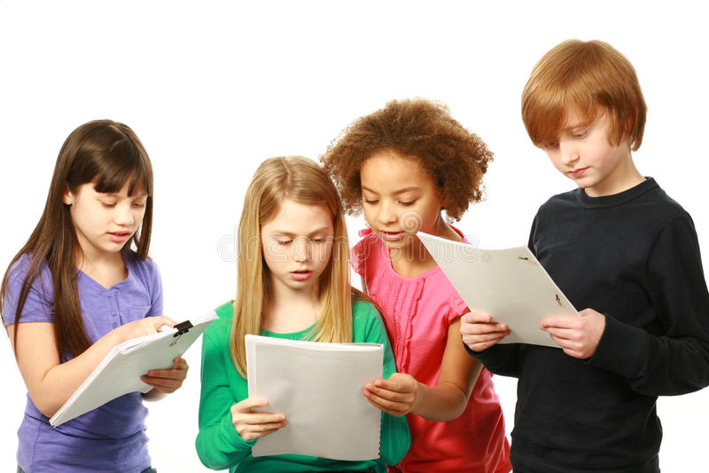 Lectura diversa de los niños foto de archivo