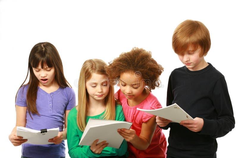 Lectura diversa de los niños fotografía de archivo libre de regalías