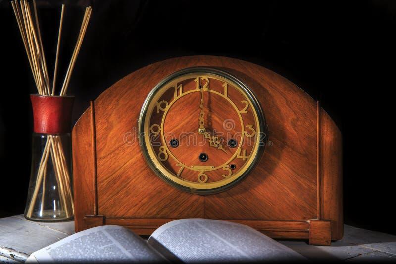 Lectura dramática del reloj fotos de archivo libres de regalías
