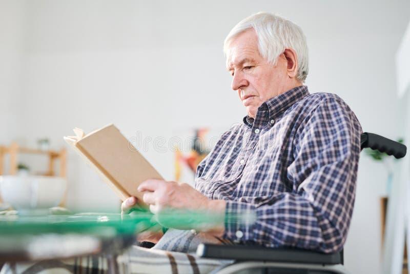 Lectura en casa de retiro imagen de archivo libre de regalías