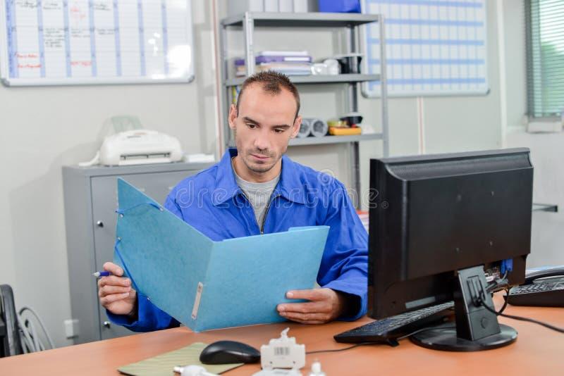 Lectura en la oficina fotos de archivo