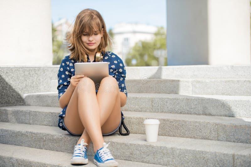 Lectura en la tableta fotografía de archivo