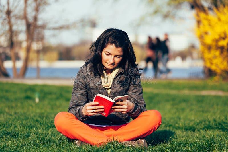 Lectura en parque foto de archivo