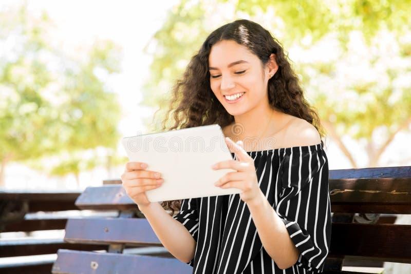 Lectura feliz de la muchacha con el e-lector fotos de archivo
