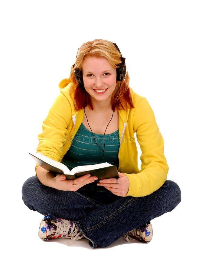 Lectura feliz del estudiante femenino imagen de archivo libre de regalías