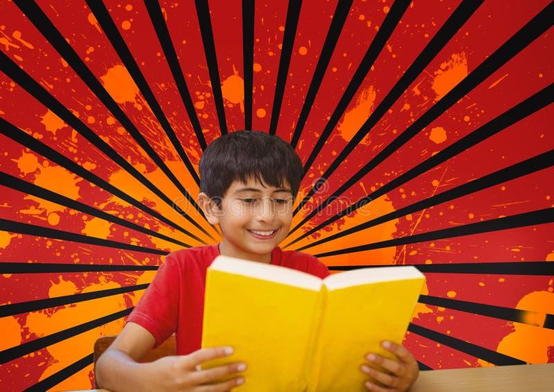 Lectura feliz del muchacho contra el fondo salpicado del rojo, negro y anaranjado imágenes de archivo libres de regalías