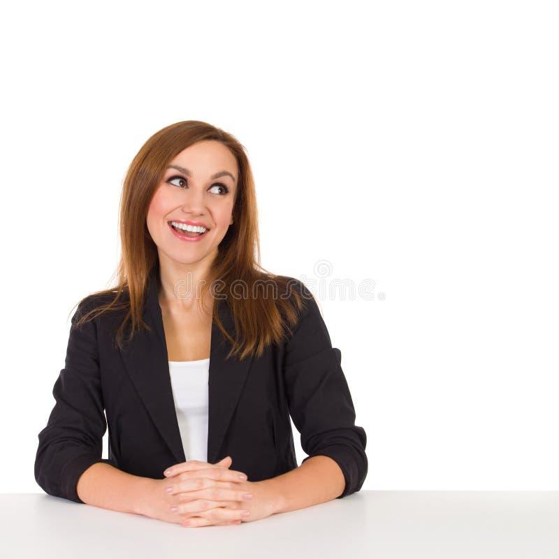 Lectura femenina sonriente del consultor fotografía de archivo libre de regalías