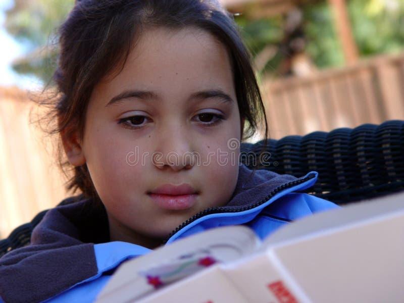 Lectura linda de la muchacha imagen de archivo libre de regalías