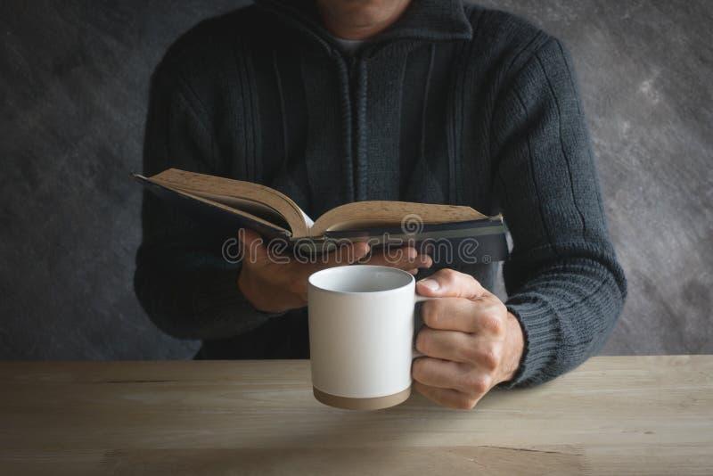 Lectura masculina del papel de la taza del café sólo fotos de archivo