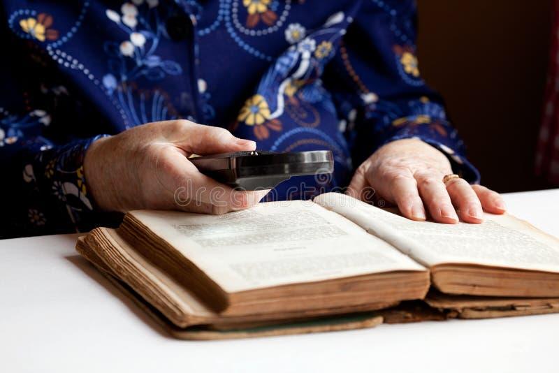 Lectura mayor de la mujer fotos de archivo libres de regalías