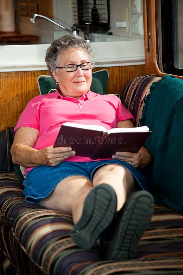 Lectura mayor de la mujer de rv foto de archivo libre de regalías